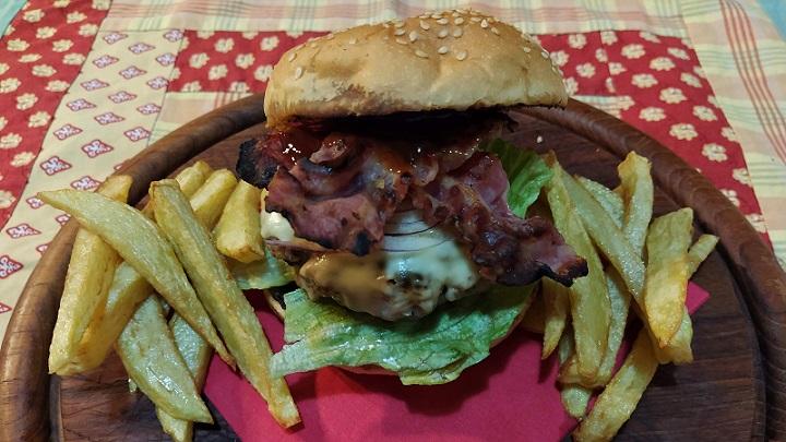 Hamburger di carne con bacon croccante